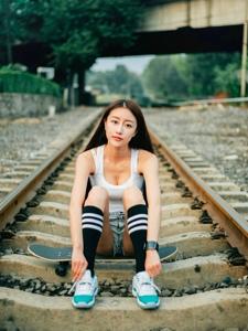 铁轨上滑板美女酷爱运动长腿吸晴