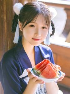 粉嫩阳光西瓜少女温馨迷人的悠闲时光