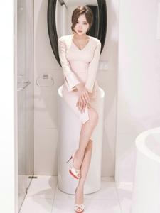 浴室高抬腿小脸模特粉色裙眼神邪魅