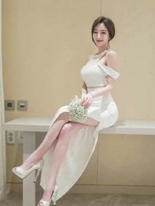 酒店內小臉美模露肩白裙如花嬌艷優雅大方