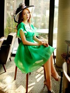 禮帽美女模特修身連衣裙演繹復古迷情