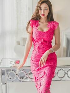 玻璃桌上侧躺美模玫红蕾丝裙美胸呼之欲出
