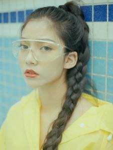 泳池内的泳镜少女麻花辫精致立体五官