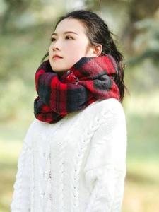 空闊草地上的毛衣圍巾美女馬尾清爽