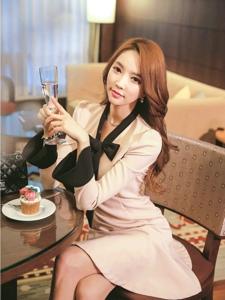 粉色百褶裙美女模特客厅内悠闲的品尝下午茶