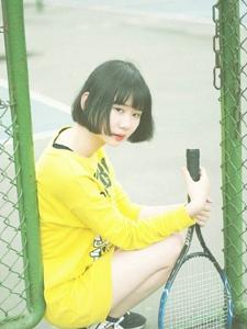 短发少女网球场上活力奔放