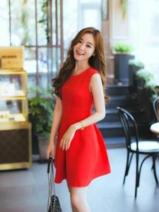 台阶美女模特鲜艳红裙性感灵动青春感飙升