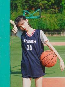 篮球场上的马尾少女小清爽引诱