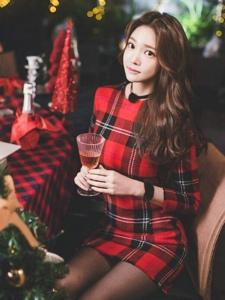 波浪美模经典格子裙甜美动人品尝美酒