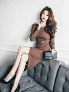 端坐沙发美模长款毛线裙温婉时尚休闲