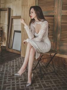 窗帘美模高领蕾丝抹胸裙小露乳沟玩性感