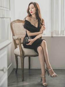 深V黑裙美模半露美乳椅子翹腿小嘴微張