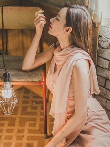 灯光下妖娆美模粉嫩裙明艳动人白嫩修长美腿