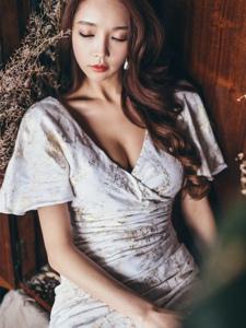疲惫美模深V修身裙素雅躺在衣柜内闭眼养神