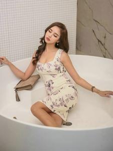 浴缸内碎花裙美女模特尽显惹火风情