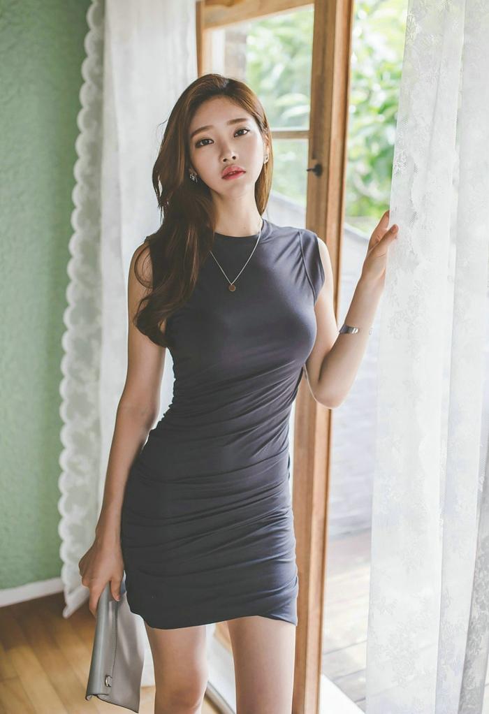 窗帘美模裹身裙大秀小蛮腰性感丰满