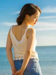 海边高颜值美美女背心牛仔裤养眼动人写真