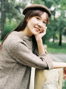 温暖秋日内的贝雷帽气质美女笑容迷人