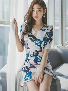 窗帘美女模特裙装尽展紧致凹凸身材