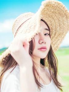 陽光下草帽美女海邊風吹唯美秀發飄逸