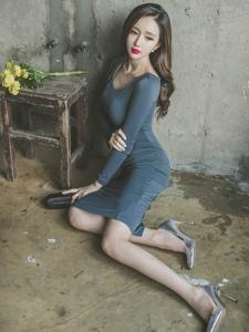 破旧房边疆板美模深蓝裙娇媚实足凸显曲线