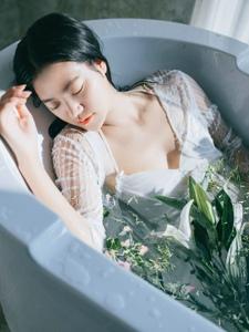 浴缸內的白紗濕身花瓣美女美麗動人