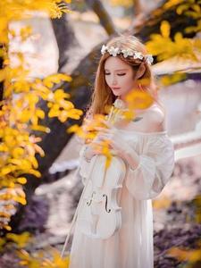 清纯白皙小提琴少女丛林写真让人感受清新