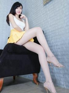 穿着橙色裙子嫩白性感的美腿女人私房诱惑写真