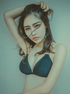腰间有纹身的嫩白好身材泳装美女火辣写真