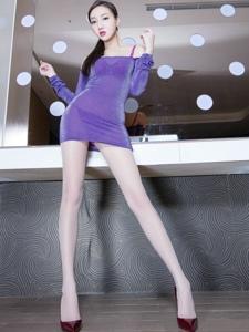 高挑露肩美模酒红色高跟丝袜美腿惹火写真