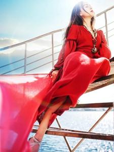 海邊起舞美女鮮艷紅裙翩翩起舞展異國風情