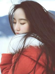 寒冷冬季海邊與海鷗玩耍的長發飄飄美女溫馨寫真