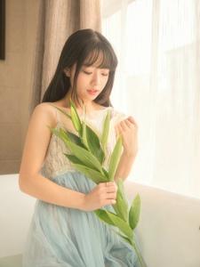 浴缸內的清純妹子吊帶裙濕身誘惑與蝴蝶為伴
