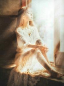 高顏值美女蕾絲白裙仙氣十足側顏迷人