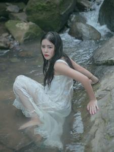 娇嫩溪水湿身美女无比美艳动人