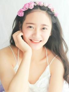 純白私房內的花環姑娘笑容甜美可人