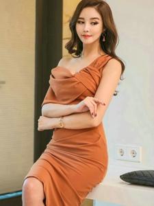 斜肩抹胸裙美模体态丰腴优雅高贵