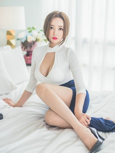 床上開胸包臀裙美模豪放露半球纖細玉腿迷人