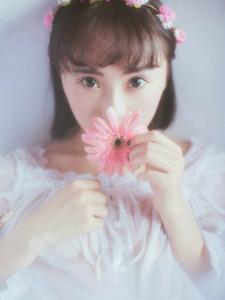 花環美少女濕身粉嫩迷人浴池中花瓣浴寫真