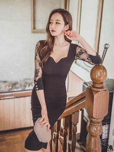楼梯美模蕾丝黑裙酥胸裸露优雅知性展现灵动美