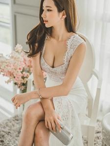 翘腿美模低胸蕾丝白裙成熟婉约凹凸有致