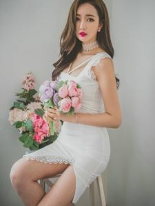 鲜花美模蕾丝白裙艳冠群芳皮肤白净