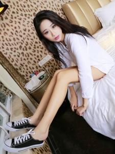 养眼妹子白嫩美腿诱惑床照写真