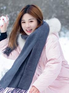 冬日雪地内的羽绒服妹子娇嫩俏皮写真