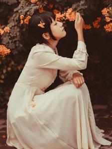 花海中的齐刘海妹子安静闭月羞花