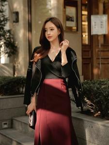 街头美女模特高腰裙搭皮衣酷范长腿抢镜