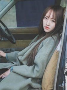 瓜子脸刘海长发美女野外废弃汽车写真