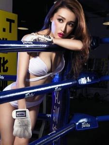 赛场上拳击美女性感俏皮有模有样架势足