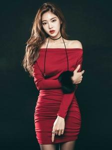 裸肩红裙美模优雅脱俗肌肤娇嫩格外美艳