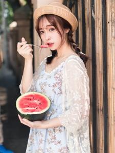 清凉夏日麻花辫少女面若桃花大口吃瓜